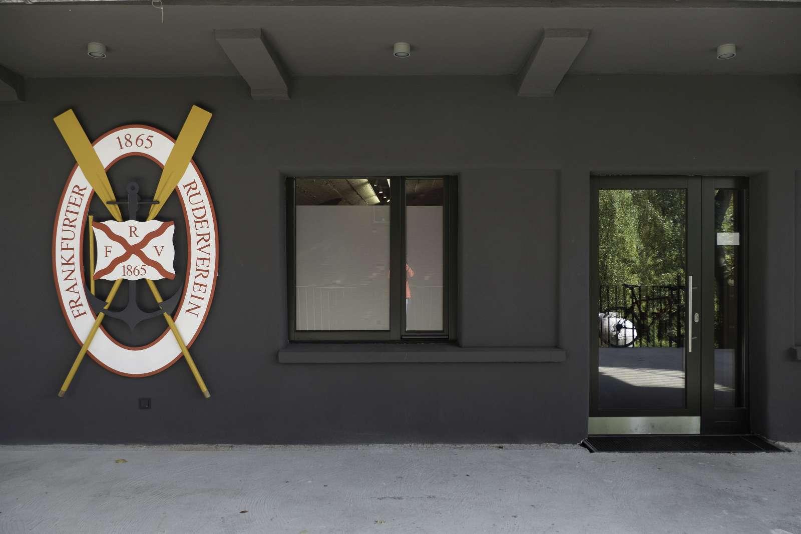 Eingangsbereich mit dem vom alten Treppenturm geretteten FRV-Wappen.