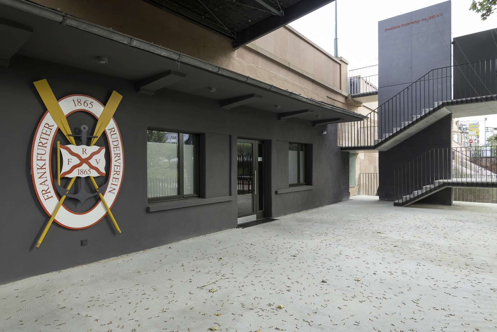 Außenansicht Treppenabgang und Eingang